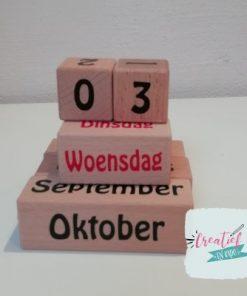 eeuwig durende houten kalender gestapeld