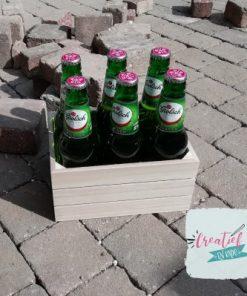 houten kistje gevuld met flesjes bier