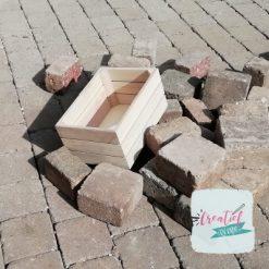 houten kistje blanco tussen de stenen