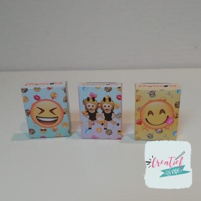 emoji stickers in een traktatie doosje