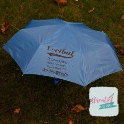 blauwe paraplu voetbalmoeder