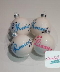 witter kerstbal met naam en sterretjes