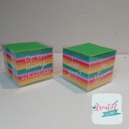memo kubus op een kleurrijk schooljaar