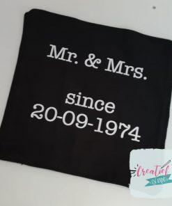 kussenhoes Mr&Mrs, kussenhoes trouwdatum, kussenhoes zwart, cadeau huwelijk