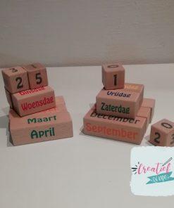 houten kalender gekleurde tekst, eeuwigdurende kalender