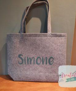 vilten shopper met naam, vilten shopper bedrukt, Simone, vilten shopper grijs, vilten tas bedrukt