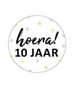 sluitsticker hoera 10 jaar, ronde sticker 10 jaar verjaardag