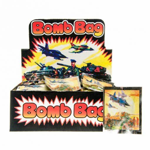 Traktatie bom in een zakje, bomb bag, bomzakje trakteren, outdoor traktatie, stoere traktatie